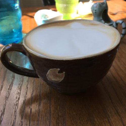 大きなカップのカフェラテ